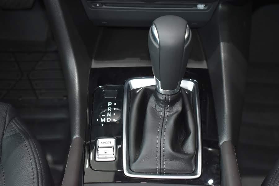 Chế độ lái thể thao + Phanh tay điện tử + Cần số bọc da